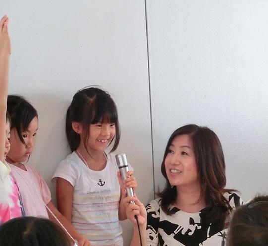子供と会話する平野裕加里